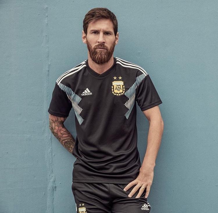 Uno de los detalles a ultimar era la indumentaria de la Selección Argentina.  Esta mañana Adidas e5ecc5ec2d74e